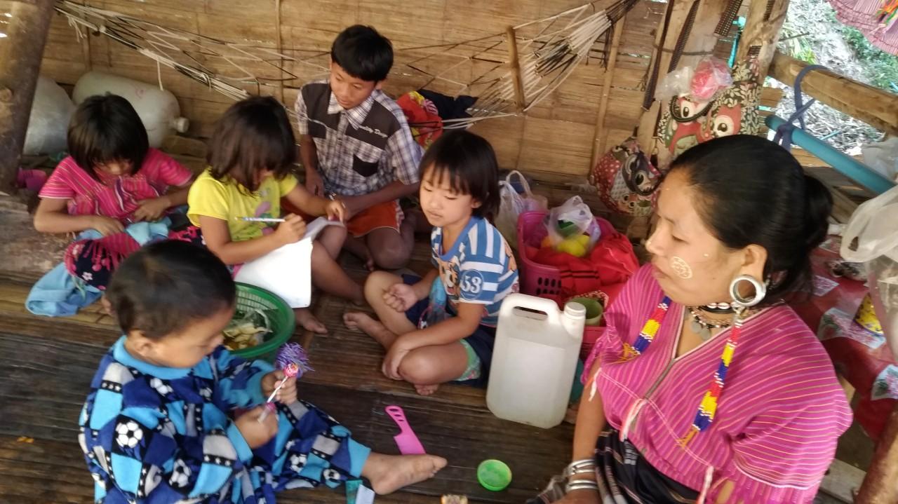 Anak-anak Suku Karen sedang Mengerjakan PR